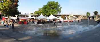Portland Saturday Market and the Naito Fountain in Waterfront Park